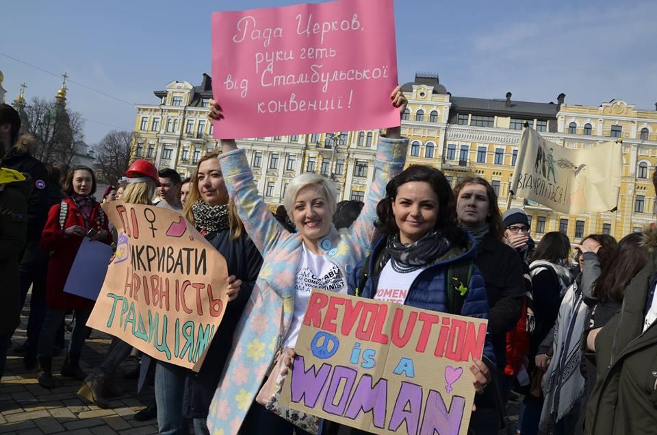 Наймасштабніший марш 8 березня: кількох побили – нападників забрали у відділок